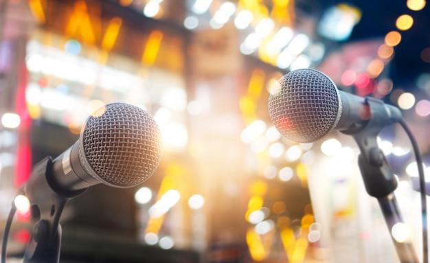 Microfones no palco em concerto no fundo de iluminação Foto Premium