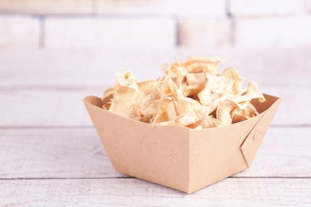 Microplaquetas de batata doce desidratadas secas. delicioso lanche ecológico e orgânico para toda a família. conceito de alimentação saudável. Foto Premium
