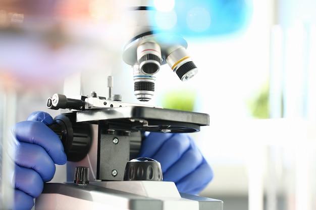 Microscópio de cabeça no laboratório de segundo plano Foto Premium