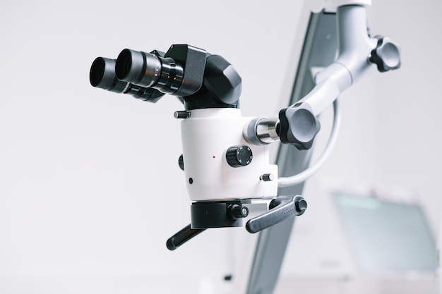 Microscópio médico profissional de close-up Foto gratuita