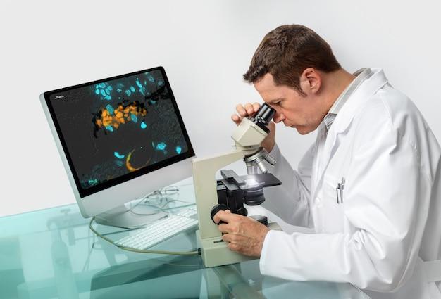 Microscopista masculino sênior Foto Premium
