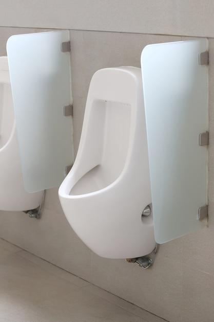 Mictório moderno no banheiro dos homens. Foto Premium