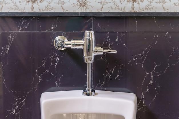Mictórios brancos no banheiro masculino, mictórios de cerâmica branca no banheiro público Foto Premium
