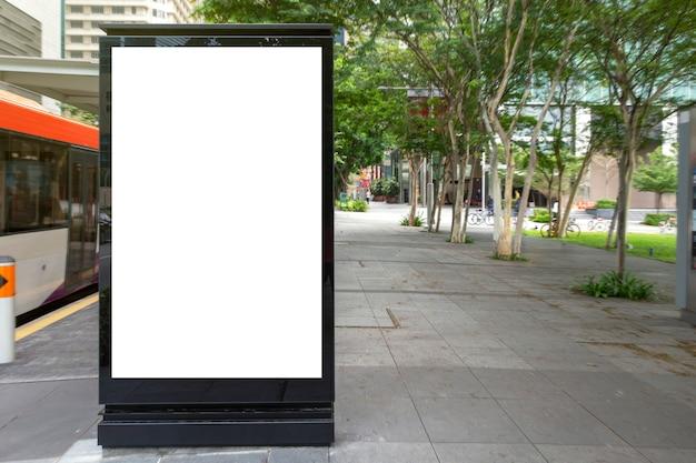 Mídia digital outdoor de publicidade em branco no ponto de ônibus Foto Premium
