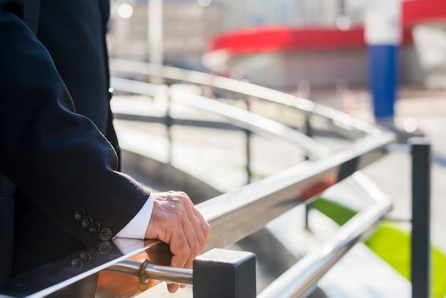 Midsection, vista, de, um, homem negócios, mão, ligado, trilhos Foto gratuita
