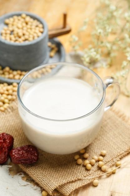 Milho de soja e moinho de pedra Foto gratuita