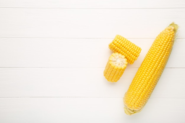 Milho fresco em espigas em branco Foto Premium