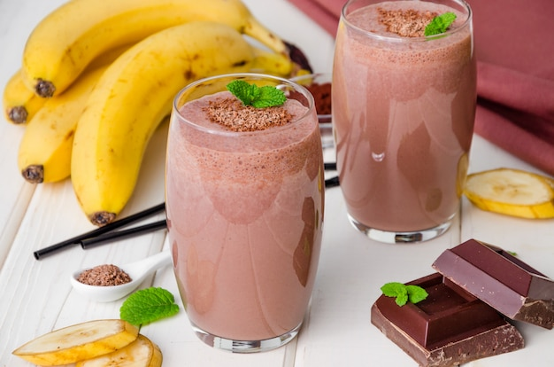 Milk-shake de banana e chocolate (batido). bebida gelada de verão. Foto Premium