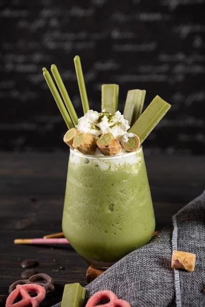 Milk-shake de chá verde com chantilly Foto gratuita