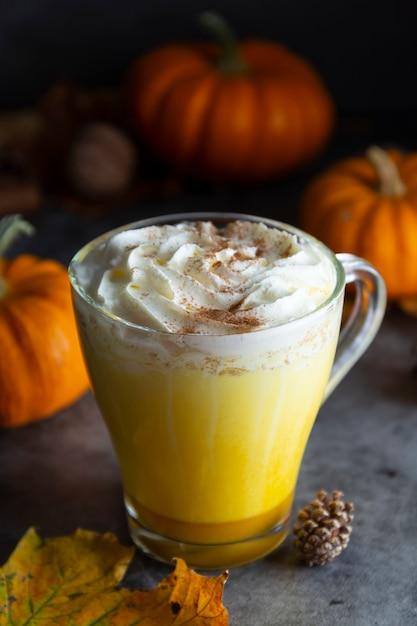 Milk-shake de especiarias de ouro leite abóbora outono milk-shake com espuma de creme Foto Premium