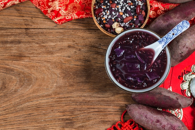 Mingau de grãos de batata-doce roxo Foto Premium