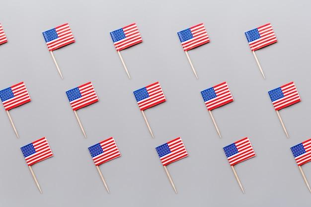 Mini bandeiras americanas em cinza Foto Premium