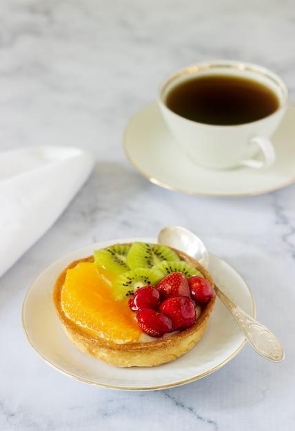 Mini bolo ou torta com creme e várias frutas em geléia. Foto Premium