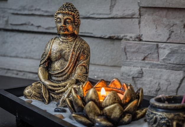 Mini, jardim zen de mesa com vela acesa e pequeno buda nele. Foto Premium