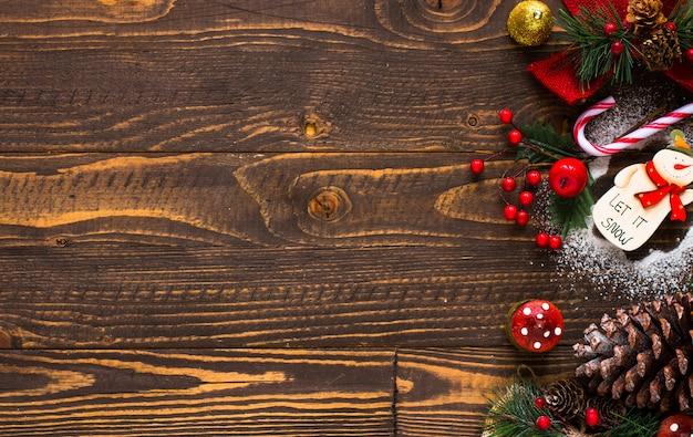 Mini panetone com frutas e decoração de natal, fundo de madeira Foto Premium