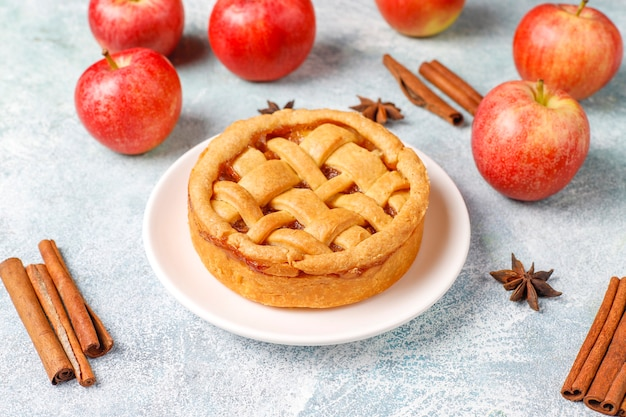 Mini torta de maçã caseira com canela. Foto gratuita