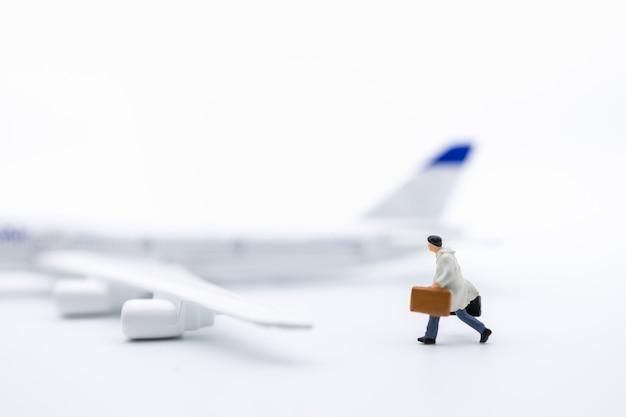Miniatura de viajante de empresário com bagagem Foto Premium