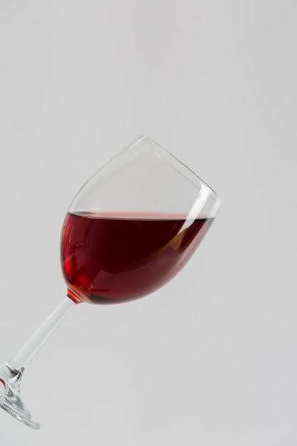Minimalista saboroso vinho tinto em vidro Foto gratuita