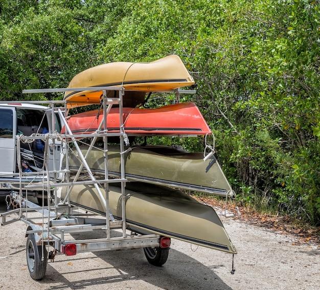 Minivan com quatro caiaques no trailer Foto Premium