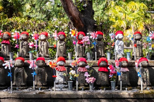 Minúsculo bonito jizo em festival no japão Foto gratuita