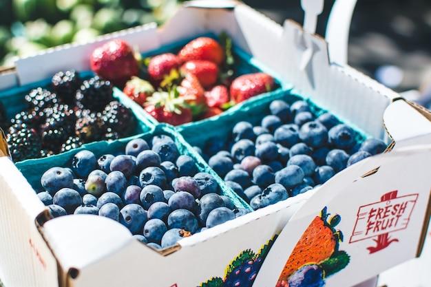 Mirtilos e outras bagas em um mercado de agricultores Foto gratuita