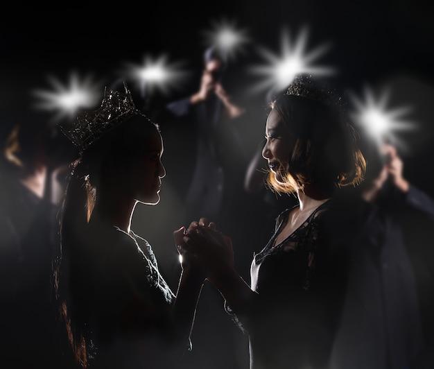 Miss pageant contest in vestido de baile evening dress com diamond crown Foto Premium
