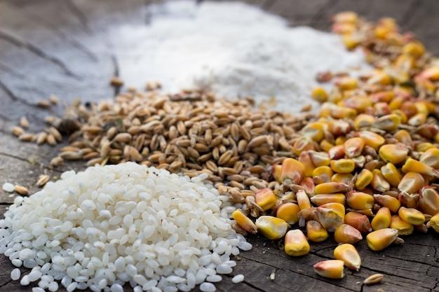 Mistura de alimentos de grãos em fundo de madeira Foto gratuita