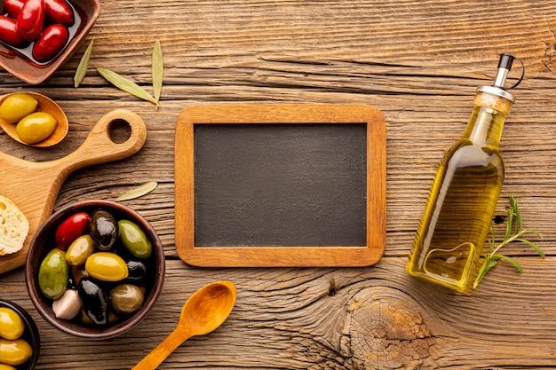 Mistura de azeitona plana leiga com modelo de quadro-negro Foto gratuita