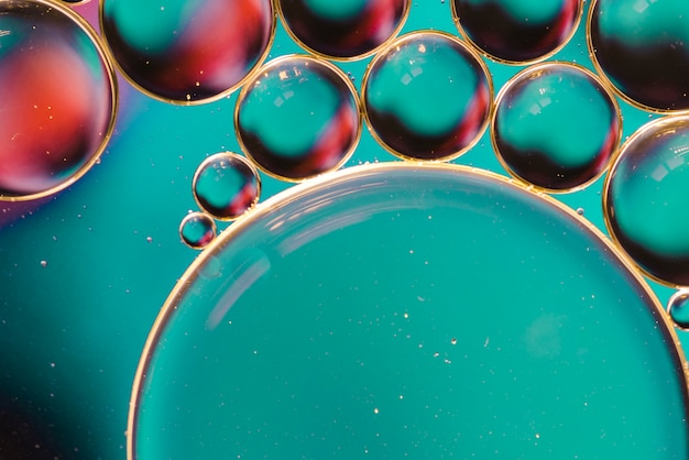 Mistura de bolhas coloridas na superfície de vidro Foto gratuita