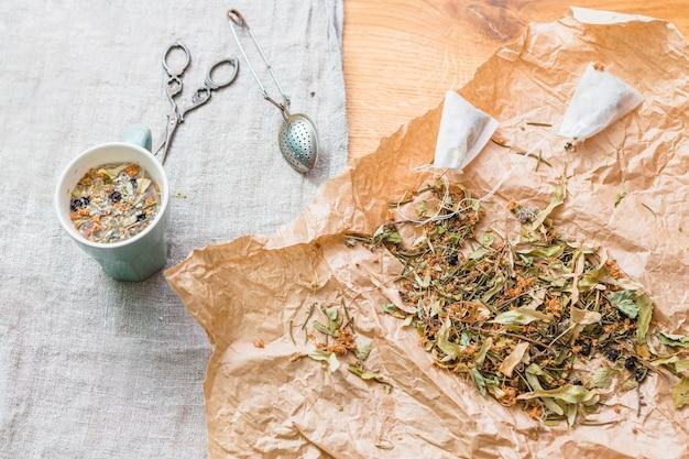 Mistura de chá de ervas com ferramentas e copo Foto gratuita