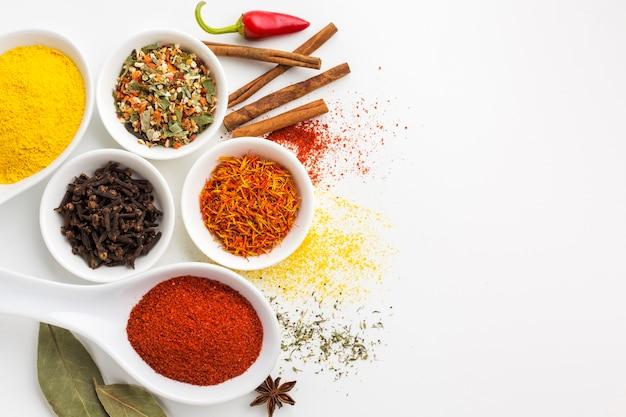 Mistura de condimentos em pó na mesa com cópia espaço Foto gratuita