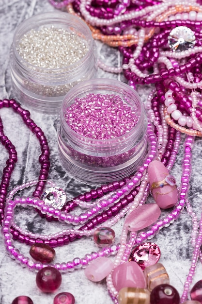 Mistura de contas de vidro rosa e cristal Foto Premium