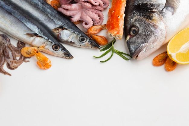 Mistura de frutos do mar frescos na mesa Foto Premium