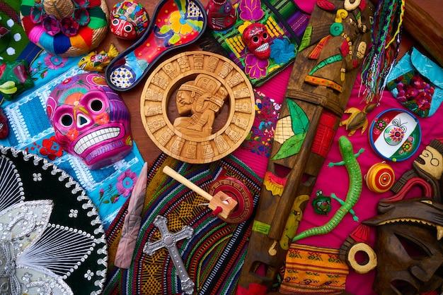 Mistura de lembranças de artesanato mexicano maia Foto Premium