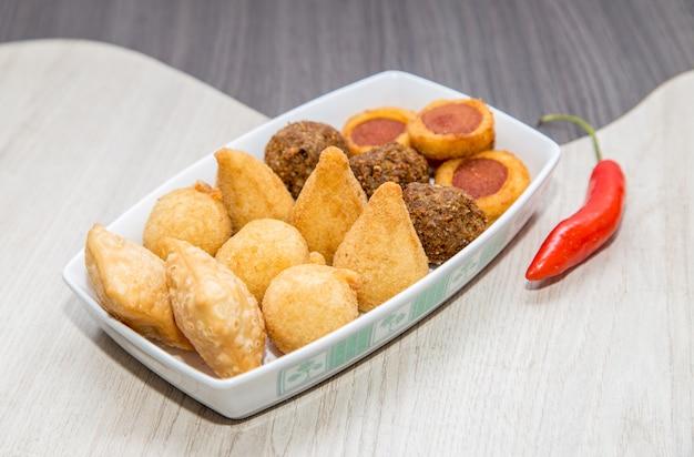 Mistura de mini petiscos fritos brasileiros Foto Premium
