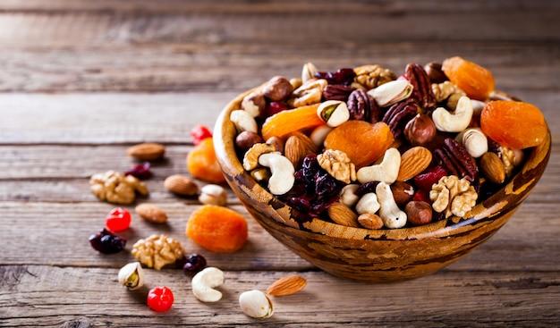 Mistura de nozes e frutas secas. conceito de comida saudável. Foto Premium