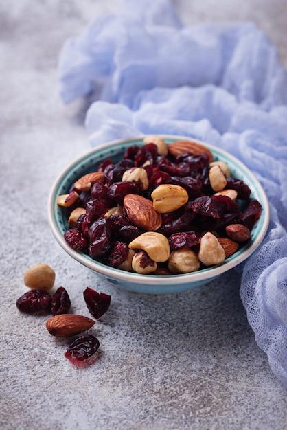 Mistura de nozes e frutas secas. foco seletivo Foto Premium