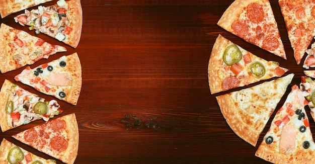 Mistura de oito pizzas diferentes em um menu de mesa de madeira, conceito de escolha e diversidade Foto Premium