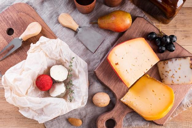 Mistura de queijo duro na mesa Foto gratuita