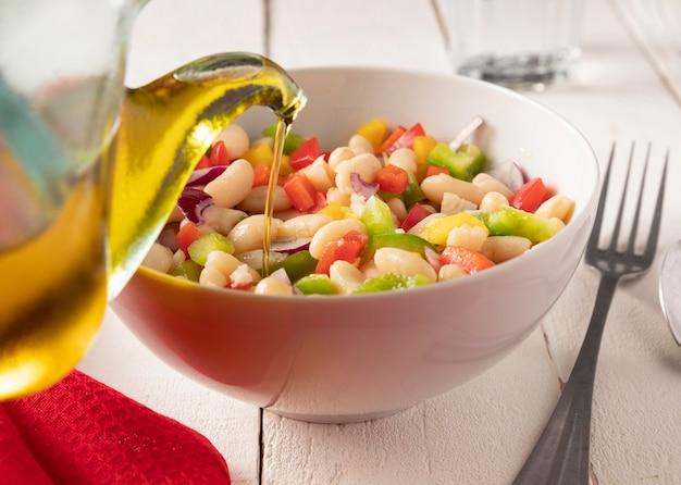 Mistura de salada de feijão e óleo Foto gratuita