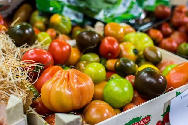 Mistura de tomates coloridos Foto gratuita