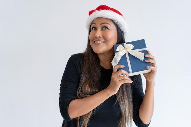 Mistura espantada mulher correu no chapéu de natal Foto gratuita