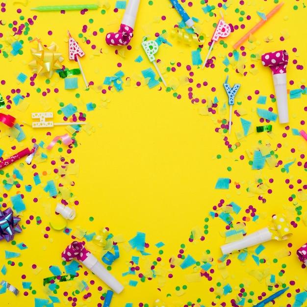 Mistura festiva de fontes do partido e confetes Foto gratuita