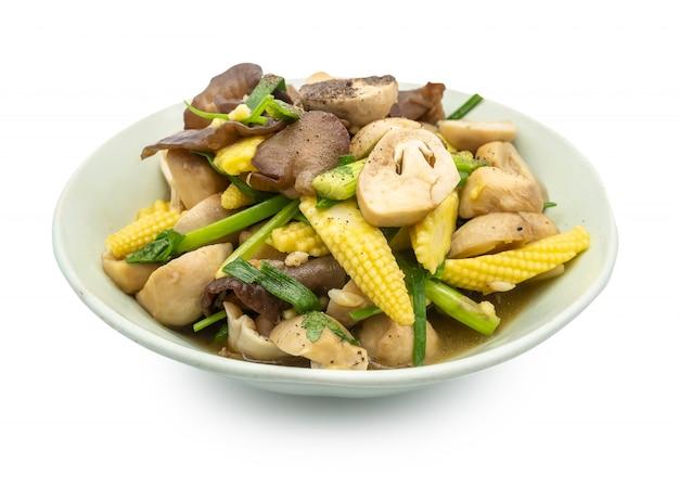 Mistura frita cogumelo vegetal misturado e milho de bebê com ostra isolado no fundo branco Foto Premium