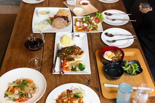 Mistura o alimento da variedade na tabela de madeira com a opinião superior de vinho tinto. Foto Premium