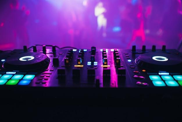 Misturador de dj em cima da mesa da boate Foto Premium