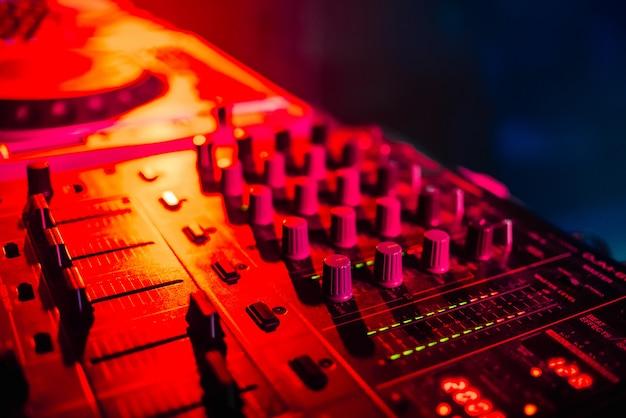 Misturador para música na boate dj closeup Foto Premium