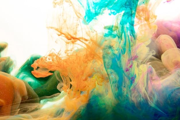 Misturando salpicos de tinta Foto gratuita