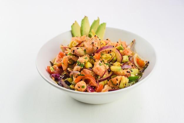 Misture a salada japonesa com salmão, tomate, abacate e cebola. Foto Premium