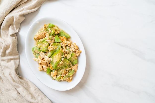 Misture cabaça frita em ângulo com ovo - estilo de comida saudável Foto Premium